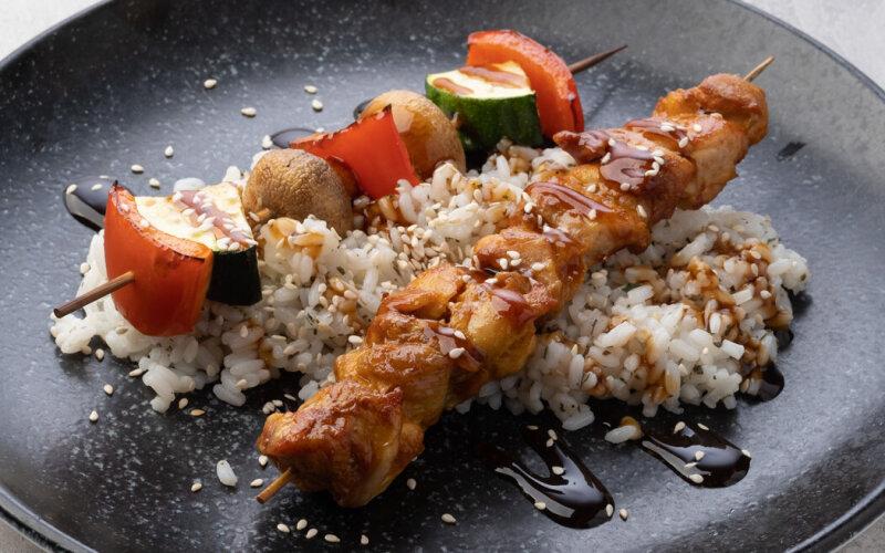 Куриный шашлык с рисом и овощами