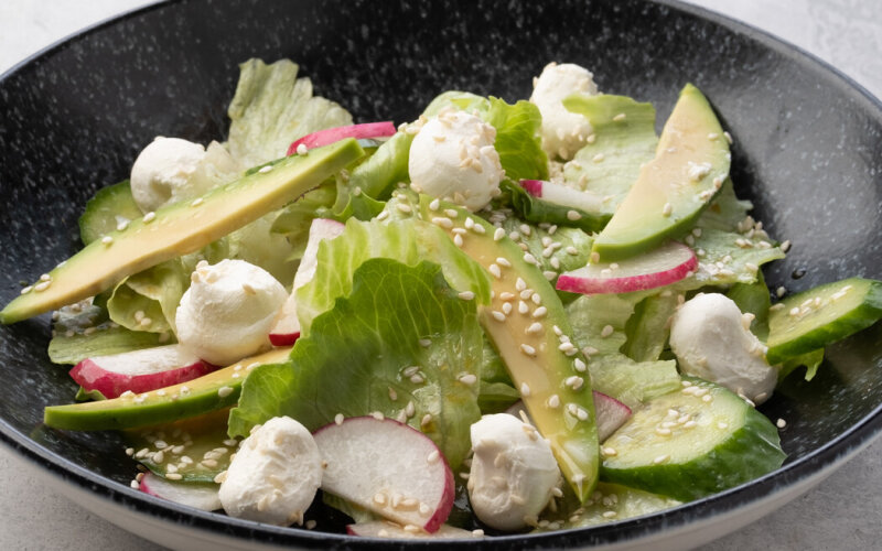 Салат с редисом, авокадо и сливочным сыром
