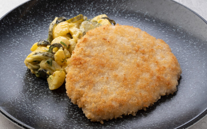 Шницель «По-Баварски» с горчичным салатом