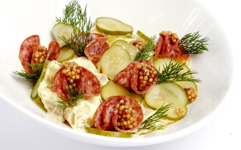 Немецкий салат с картофелем и салями