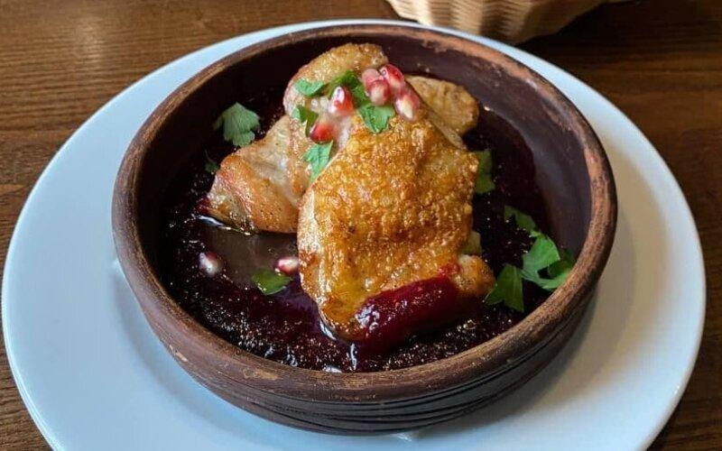 Жареная курица в ягодном соусе
