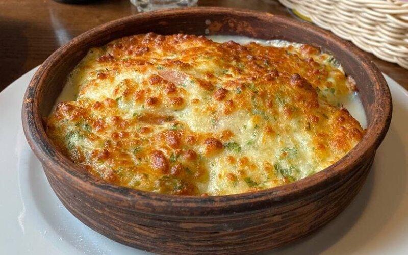 Помидоры, запечённые под сыром «Сулугуни» с зеленью