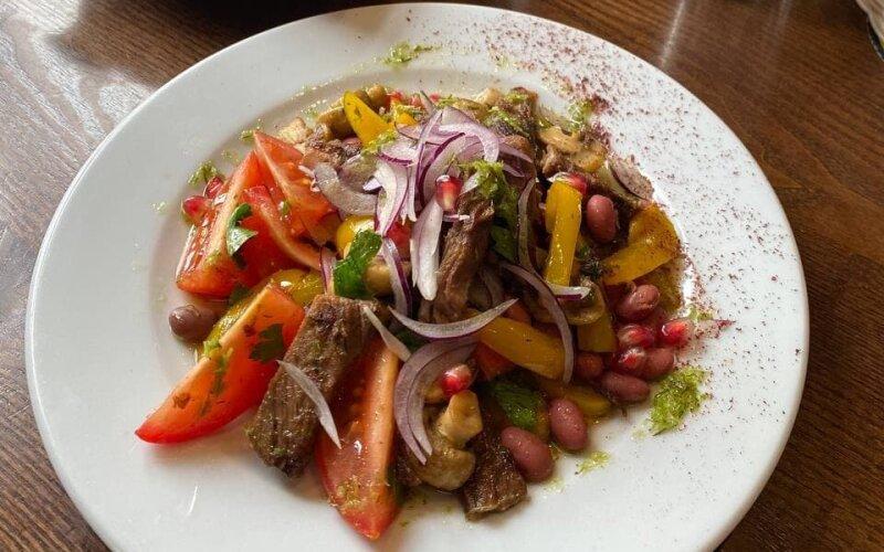 Тёплый салат с говядиной «По-грузински»