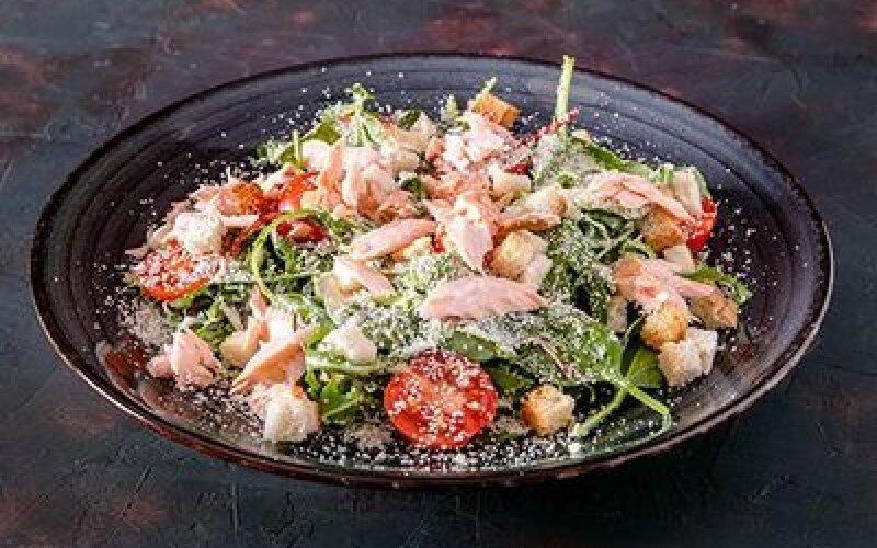 Салат «Цезарь» с копчёным лососем