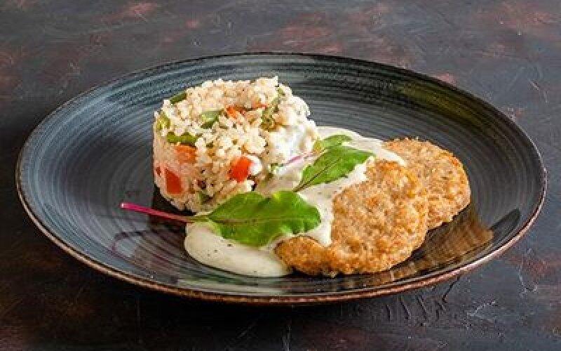 Рыбные котлетки с рисом и овощами