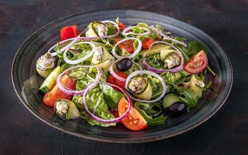 Греческий салат с рулетиками из цукини и сливочного крема
