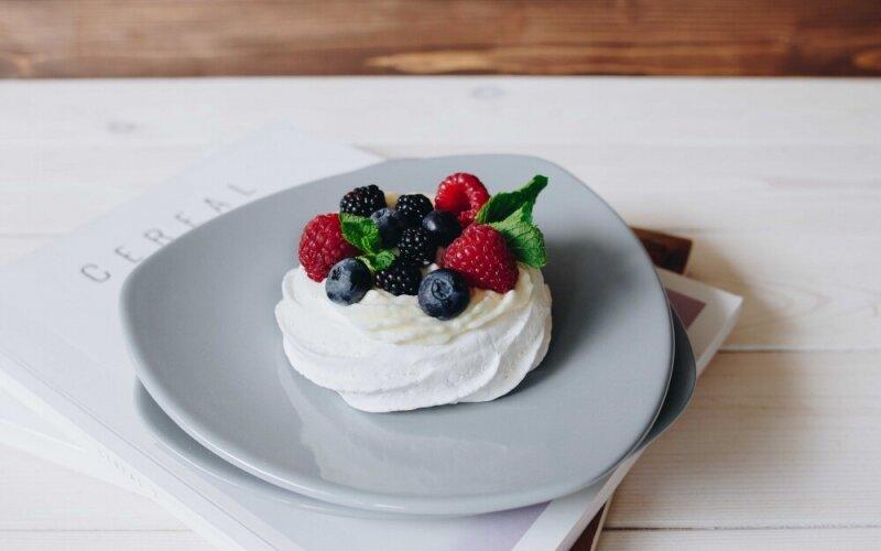 Десерт «Павлова» с летним ягодным миксом