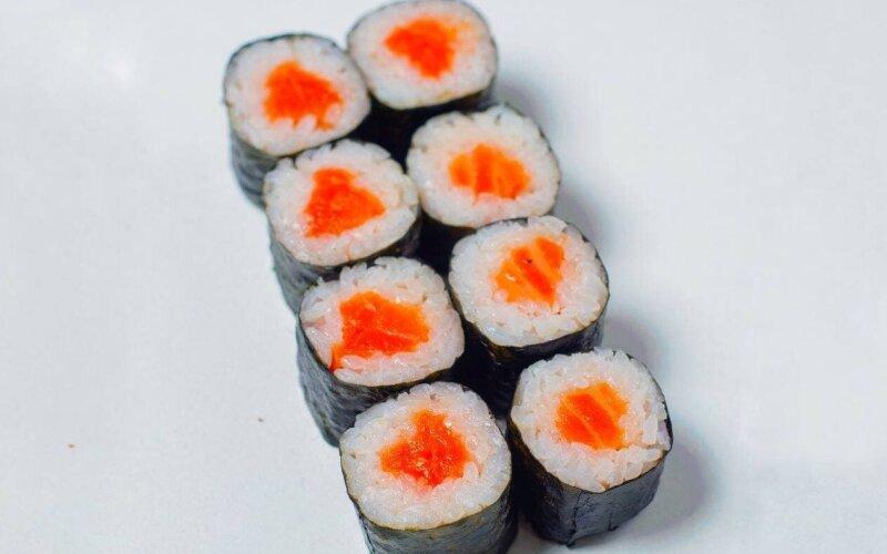 Ролл с лососем и острым соусом