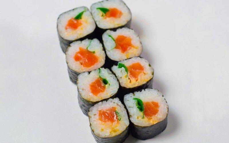 Ролл с копчёным лососем и острым соусом
