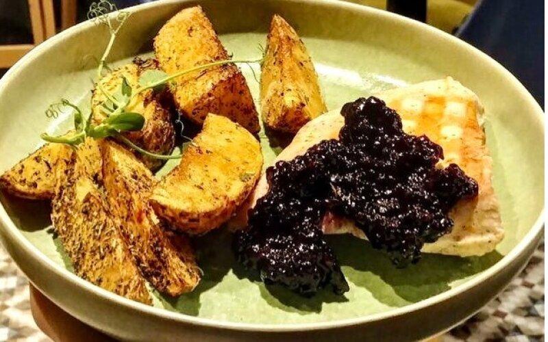 Стейк из индейки с ежевичным соусом и картофелем