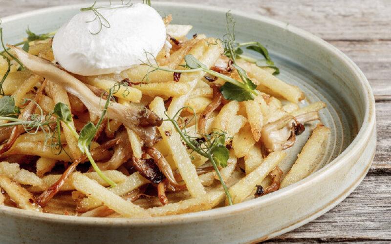 Жареный картофель с грибами и яйцом