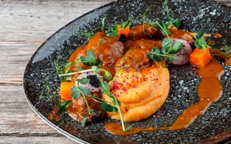 Свиные височки, томленные в остром мясном соусе, с овощным пюре