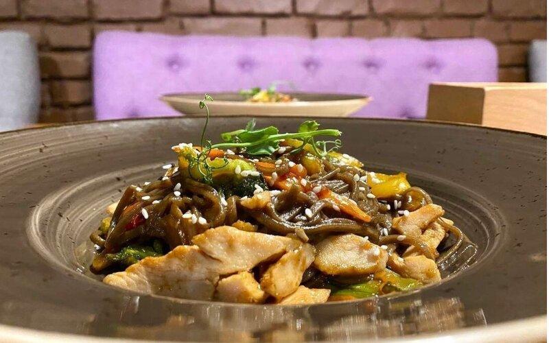 Лапша гречневая с индейкой, овощами и соусом «Терияки»