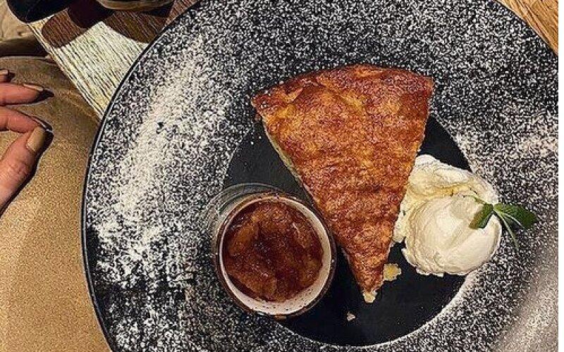 Яблочный пирог с корицей и яблочным чатни