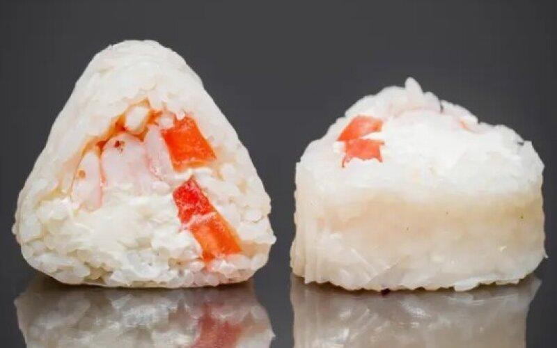 Ролл в рисовой бумаге с креветкой