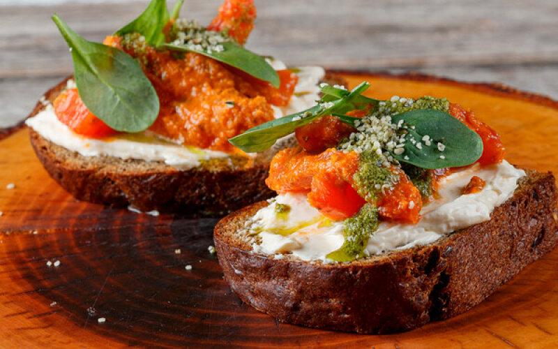 Луста на конопляном хлебе с кремом из домашнего сыра, помидорами, шпинатом и коноплей