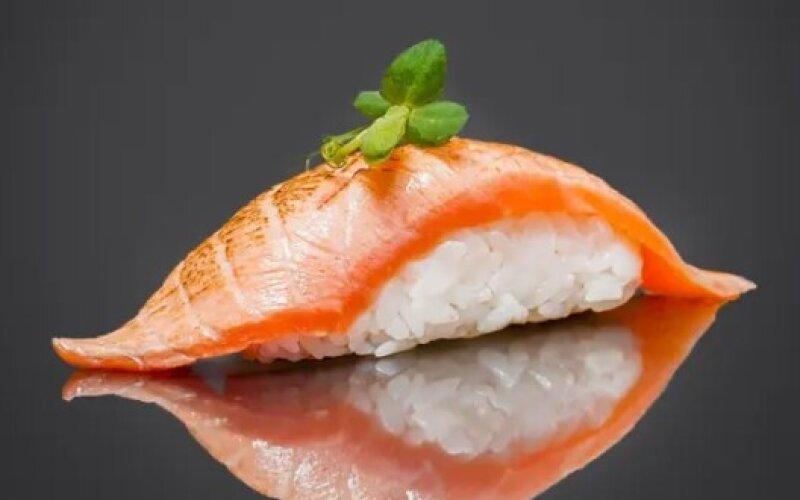 Нигири с опалённым лососем